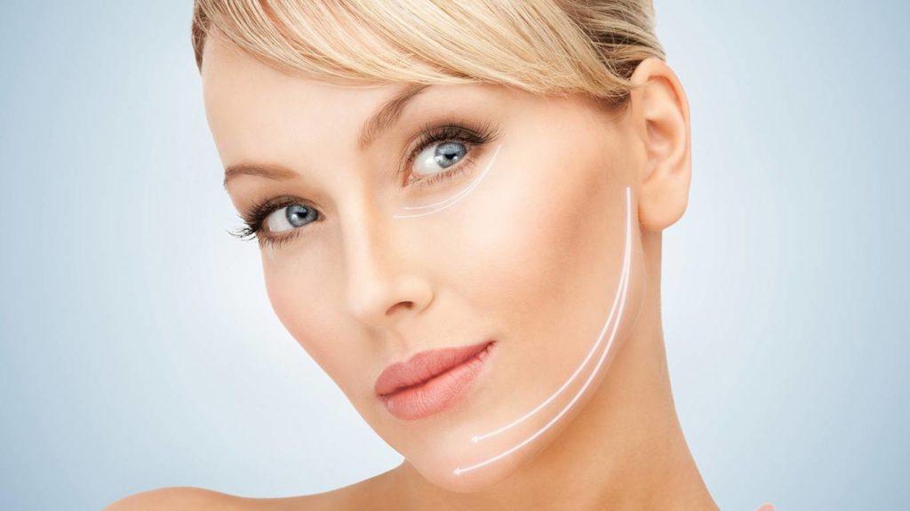 Убрать брыли можно с помощью контурной пластики подбородка и овала лица
