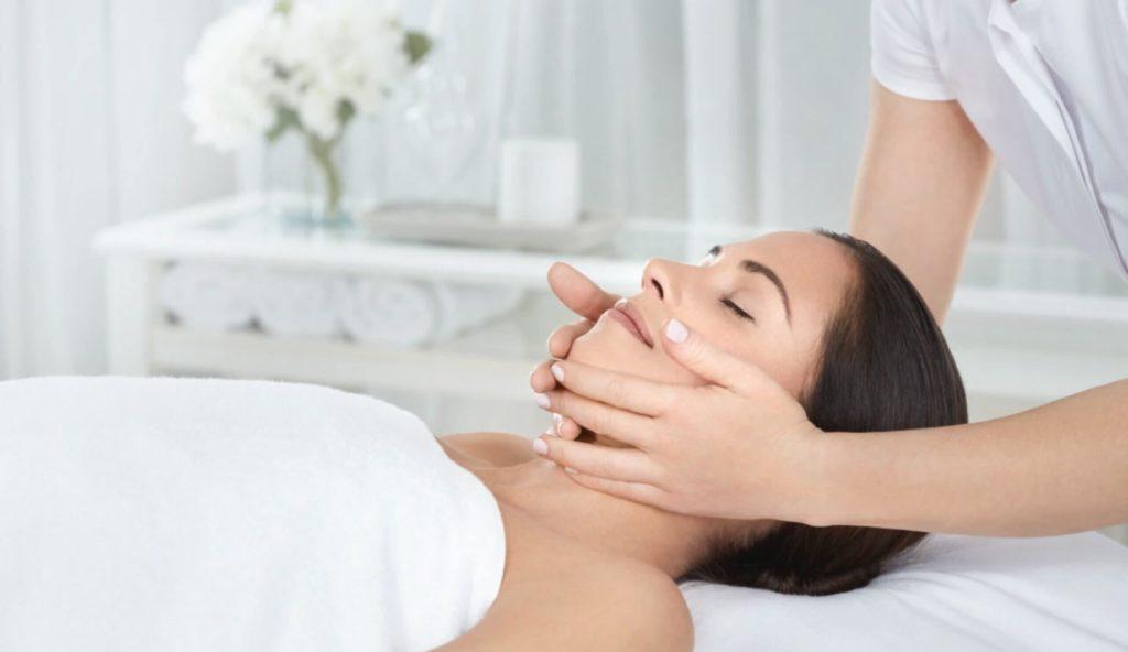 Формирующий лицо массаж