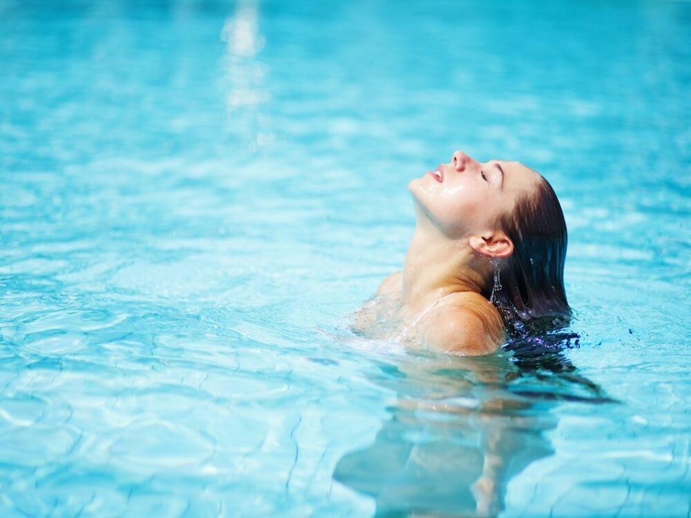 Как защитить кожу в бассейне