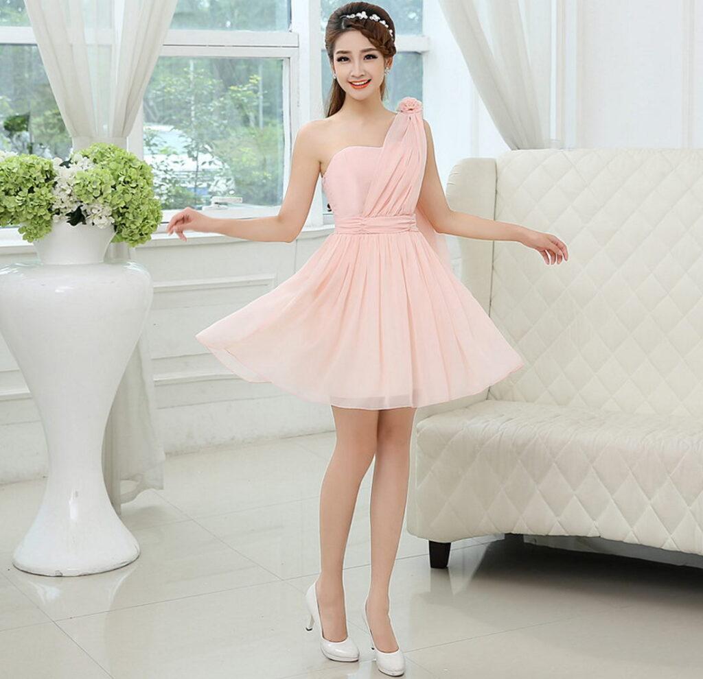 Девушка в нарядном платье