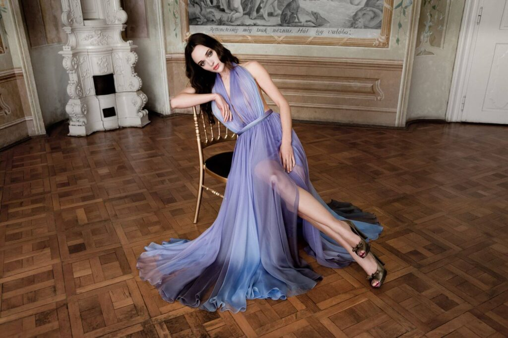 Девушка в шифоновом вечернем платье