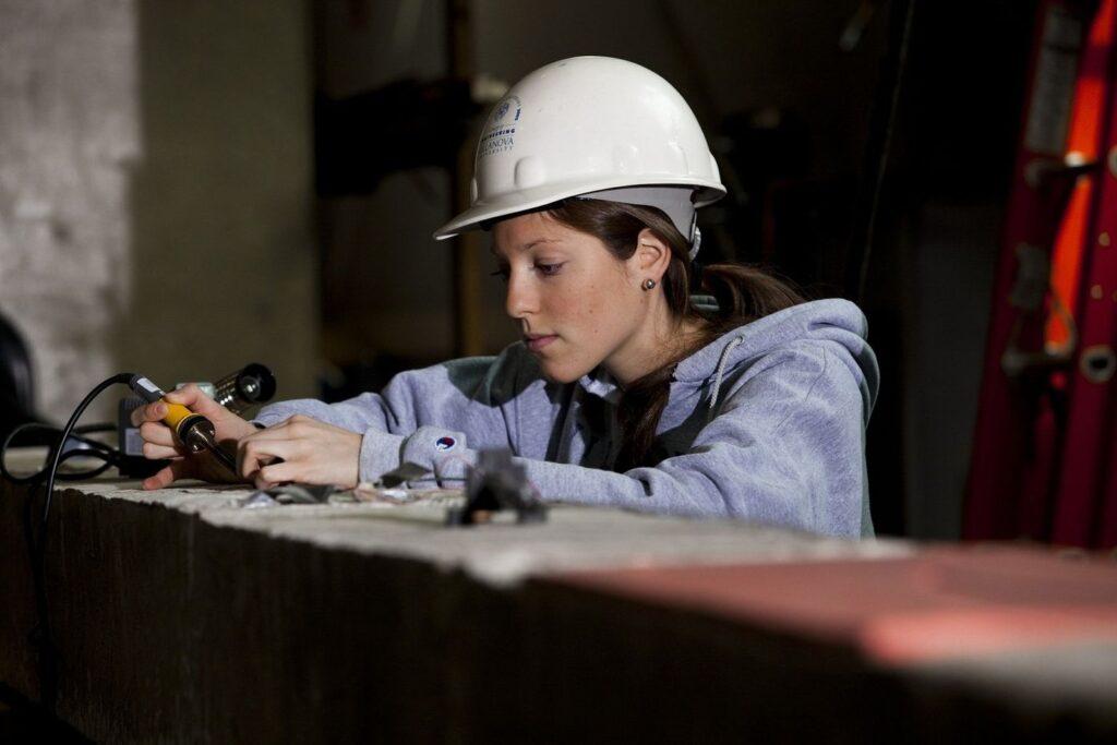 Инженер-технолог девушка