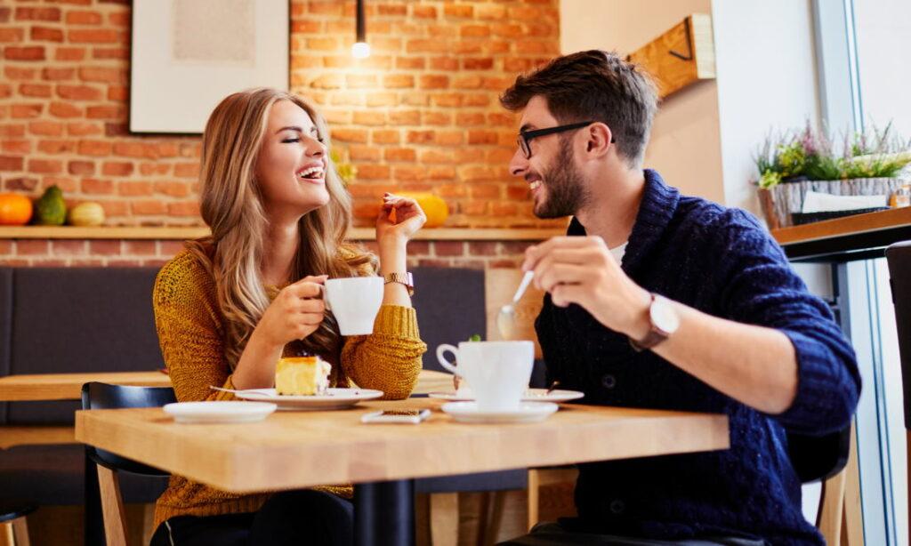 Пара в кофейне